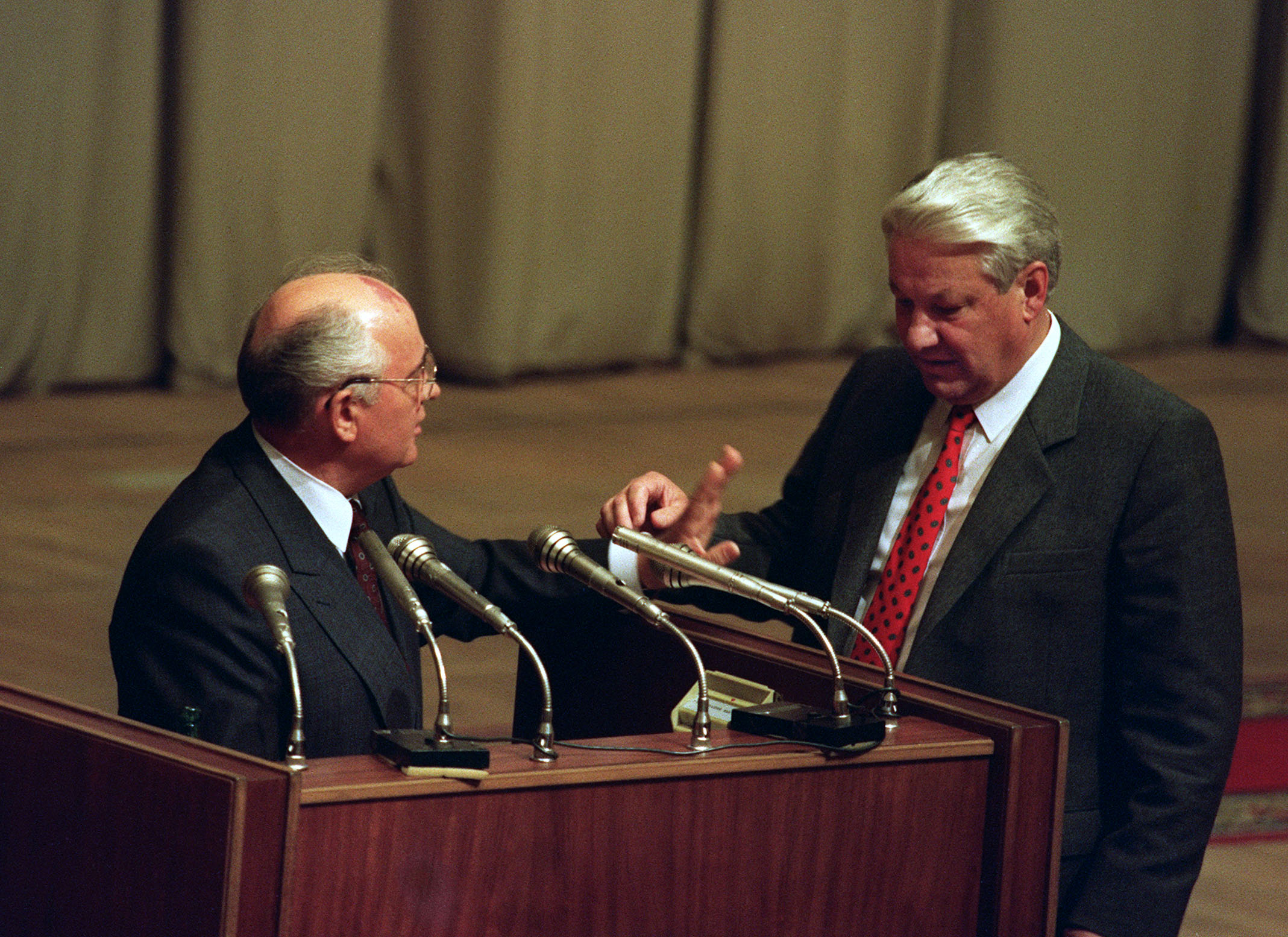 Russian President Boris Yeltsin (R) gestures towards Soviet President Mikhail Gorbachev in Moscow on August 23, 1991 while he enjoins him to read a paper during session of Russian Parlement. Gorbachev returned to Moscow 22 August 1991 after coup d'etat was failed. AFP PHOTO PIKO